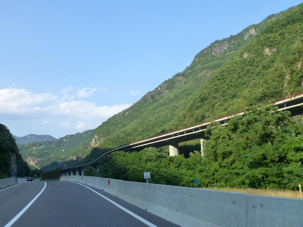 Brennerin moottoritie kulkee korkealla laakson yläpuolella